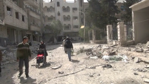 سكان مخيم اليرموك بين فكي كماشة النظام وداعش