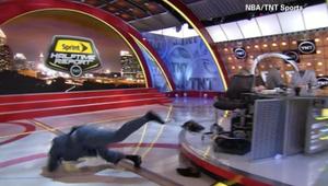 لحظة سقوط نجم كرة السلة الأمريكي شاكيل أونيل على الهواء