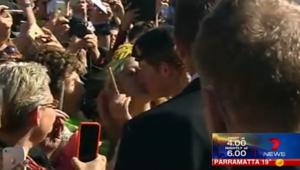 بالفيديو.. فتاة تختلس قبلة من الأمير هاري