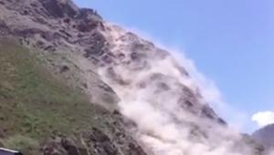 لحظة انهيارات أرضية هائلة بسبب الزلزال في نيبال