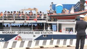 على شواطئ إيطاليا.. تدفق اللاجئين يتزايد واضعا إنسانية السكان أمام اختبار
