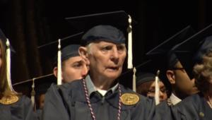 بالفيديو.. رجل 94 عاماً يكمل دراسته ويحصل على بكالوريوس في الآداب