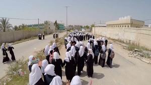 طالبات يتجهن إلى منازلهن
