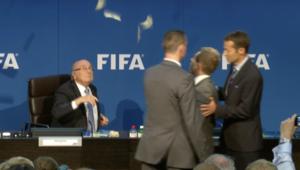 """""""رشقة من النقود"""" على رأس بلاتر خلال توجهه لعقد مؤتمر صحفي بمقر الفيفا"""