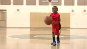 طفل في الخامسة يلعب كرة السلة باحترافية عالية