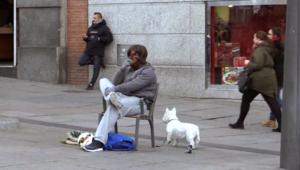 """بالفيديو.. كريستيانو رونالدو """"يتسول"""" في شوارع مدريد"""