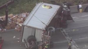 بالفيديو.. انقلاب شاحنة تابعة لشركة لنقل الطرود في واشنطن