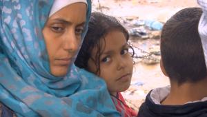 على حدود مقدونيا واليونان.. CNN ترصد دموع السوريين العالقين بين المطر والأسلاك الشائكة