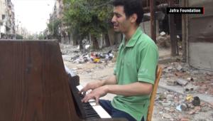 """شاهد.. عندما يرتعش """"داعش"""" خوفا من آلة بيانو"""