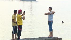 أول ما يفعله المهاجرون عند وصولهم اليونان