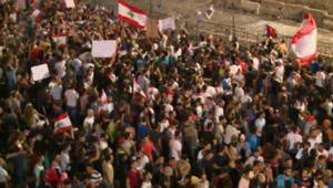 آلاف اللبنانيين يواصلون التظاهر ضد انتشار القمامة