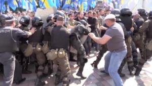 اشتباكات عنيفة بين المتظاهرين وقوات الأمن في أوكرانيا