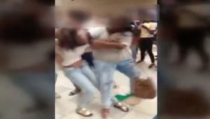 شاهد طالب يرقص وسط عراك عنيف بين فتيات مدرسة