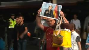 """في بودابست.. لاجئون سوريون يطالبون بالمرور إلى """"ماما ميركل"""" بألمانيا"""