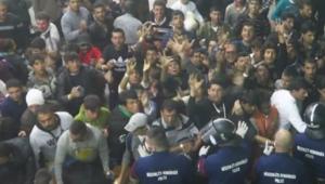 """بالفيديو.. شرطة المجر تلقي الطعام بطريقة """"مهينة"""" على اللاجئين"""
