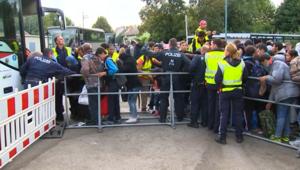 بالفيديو.. الشرطة النمساوية تستقبل آلاف اللاجئين عبر الحدود المجرية