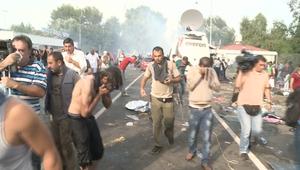 الشرطة المجرية تطلق قنابل الغاز لصد اللاجئين