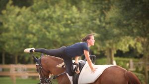 تعرفوا على بطلة العالم بالرقص على الخيول