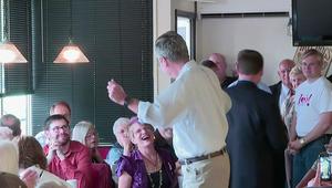 جيب بوش يرقص مع إمرأة خلال تجمع لأنصاره في آيوا
