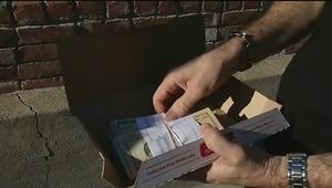 رجل يعثر على 1300 دولار في علبة أجنحة الدجاج