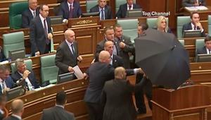 رشق رئيس وزراء كوسوفو بالبيض داخل البرلمان