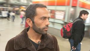 جندي أفغاني يترك بلاده هرباً من طالبان