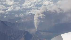"""مشاهد مرعبة من فوق بركان """"رينجاني"""" بإندونيسيا"""