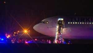 بالفيديو.. الشرطة الكندية تفتش طائرة تركية غيرت مسارها بعد تهديد