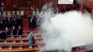 بالفيديو.. إلقاء غاز مسيل للدموع داخل قاعة البرلمان في كوسوفو