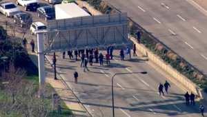 بالفيديو.. احتجاجات متعددة في شيكاغو خلال محاكمة ضابط أبيض في قضية قتل شاب أسود