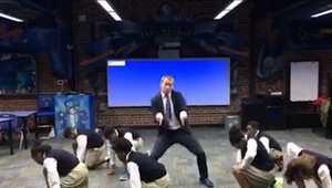 مدرّس يفاجئ الطلاب بالرقص معهم.. بمهارات غير متوقعة