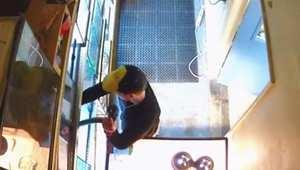 بالفيديو: أفعى تحت السروال وجهاز تلفزيون في تنورة، هذا ما يفعله سارقو المتاجر