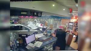 بالفيديو: نجاة امرأة بأعجوبةبعد اختراق سيارة لمتجر في محطة للوقود في أستراليا