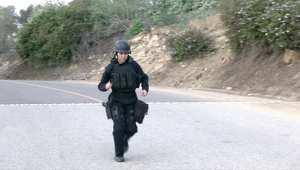 شاهد.. شرطية أمريكية تركض في ماراثون لوس أنجلوس بكامل عتادها