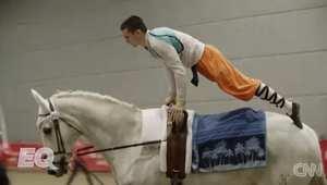 """تعرف على بطل العالم في """"التحليق"""" على ظهر الخيول"""