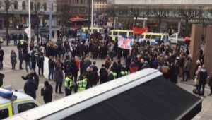 شاهد.. حشود تطالب بالاعتداء على المهاجرين في السويد