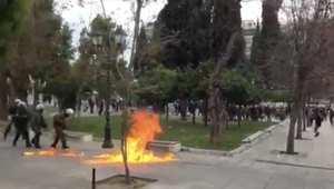 بالفيديو: اشتباكات بين الأمن اليوناني ومتظاهرين بالعاصمة أثينا