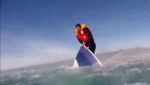 شاهد لحظة إنقاذ لاجئ من البحر بالطائرة المروحية