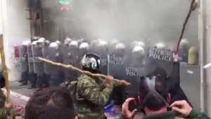 بالفيديو: اشتباكات بين شرطة اليونان ومزارعين خلال احتجاجات ضد التقشف في أثينا