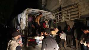 بالفيديو: تفريغ قافلة مساعدات في سوريا.. والأطفال يأكلون كل ما يقع على الأرض