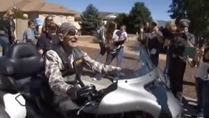 وصول رجل لعمر الـ101 لم يمنعه من ركوب دراجة