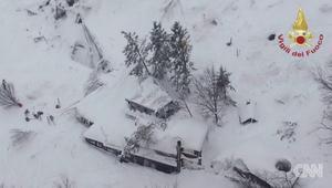 انهيار جليدي بعد هزة أرضية يدفن العشرات في إيطاليا