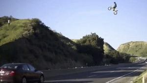 قفزة خطرة لدراجة نارية فوق طريق سريع