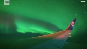 شاهد.. طائرة ركاب تحلق وسط أضواء الشفق القطبي