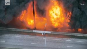 حريق ضخم يؤدي إلى سقوط طريق سريع بأمريكا
