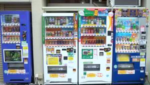 تعالوا في جولة في مصنع لآلات البيع اليابانية الشهيرة