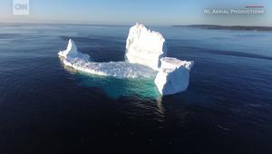 جبل جليدي عملاق يظهرعلى ضفاف مدينة كندية