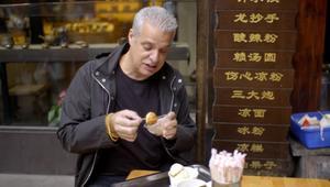 شاهد ما حدث لطباخ فرنسي شهير عند تناوله طعاماً صينياً