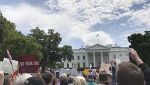 احتجاجات أمام البيت الأبيض ضد إقالة مدير FBI