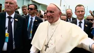 شاهد.. إصابة البابا فرانسيس بعد اصطدام رأسه بسيارته